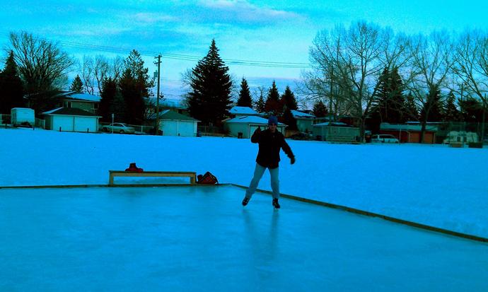 החלקה על הקרח בפארק שמאחורי הבית. כל פארק קטן יכול להפוך לזירת החלקה בחורף אם יש מישהו שמתנדב לטאטא את השלג ולתחזק אותו. העיריה מספקת ספסלים ומסגרת עץ, למלא במים בשביל קרח. עופר כבר מפתח מיומנות די יפה בהחלקה.