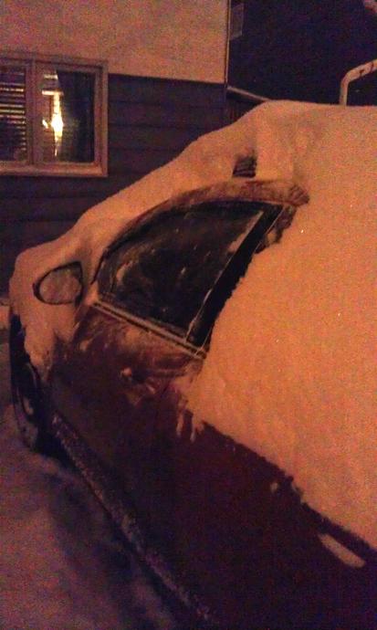 """אחרי סופת השיא - 15 ס""""מ בנפילה רצופה. את האוטו היה צריך ממש לחפור מהשלג, וכמובן לפנות לו שביל גישה החוצה מהחניה. אני מודה שזה יום שבו חשבתי לעצמי - למה לא קנינו את אחת המפלצות ארבע על ארבע האלה."""