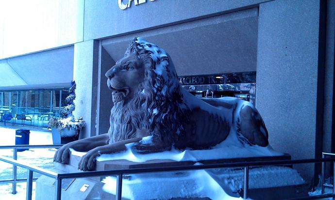 פסל האריה בכניסה לעירייה, סחוף שלג טרי אחרי סופה