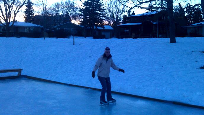 """החלקה על הקרח בפארק מאחורי הבית. איזה כיף! למרות שהקרח נורא חרוץ ועקום, ופה ושם אנחנו נתקעים באיזה בור. אבל אח""""כ אנחנו מרגישים גיבורים בני חיל אם לא נפלנו, אז זה כבר שווה."""