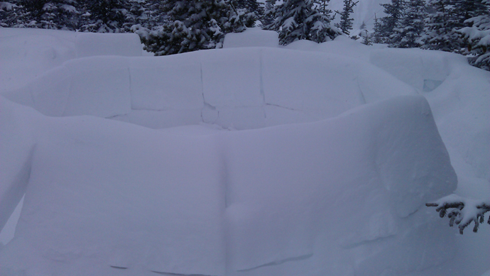 האיגלו שלנו בבוקר למחרת, אחרי שקצת שלג דבק בו והחליק את החיבורים. היה יכול להיות יפה לאללה אם הוא היה שלם.