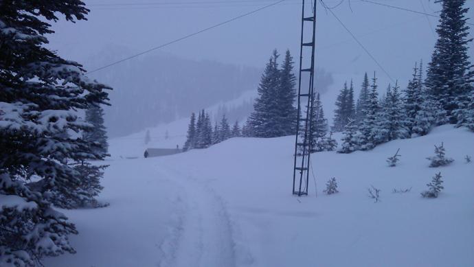 השביל ללאונג' בבוקר. מאחור - החלק התחתון של רכס הסקי. כן, הם עשו סקי במזג האוויר הזה.