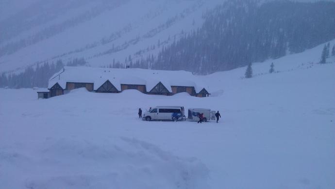מעמיסים את הטריילר בתוך מטחים של שלג וקרח, תוך דשדוש בשלג עמוק
