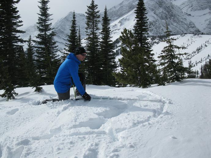 עופר מודד מעגל בשביל האיגלו בעזרת מוט בחינה ומקל סקי