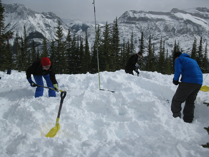 חופרים את השלג הרך במקום בו יוקם האיגלו