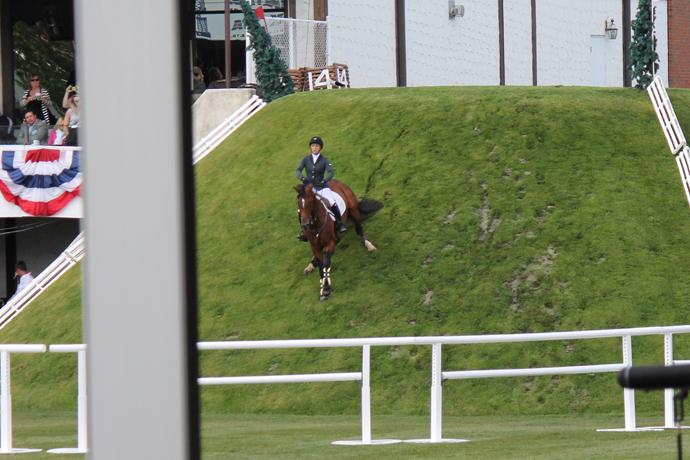 במהלך המקצה המדרון הלך והתקלף מהדשא, והחול שמולא בחורים לא הווה משטח מוצלח במיוחד. עם זאת, היו סוסים שלא החליקו גם לקראת הסוף - כנראה סוסים שהתאמנו על ירידה במתלול.