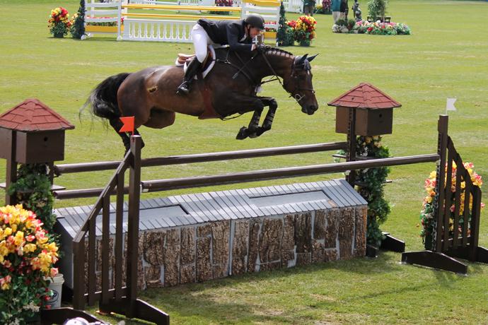 ריחוף מדהים עם ספייר מטורף מעל מכשול 6. הדבר הלא ברור הזה על הסוס הוא רגב דשא שקפץ לגובה הזה. וואו!