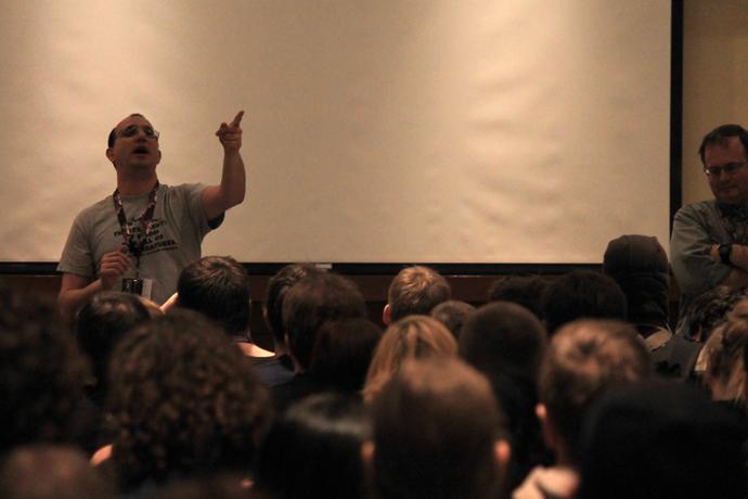 עופר מקבל שאלות מהקהל בהרצאה
