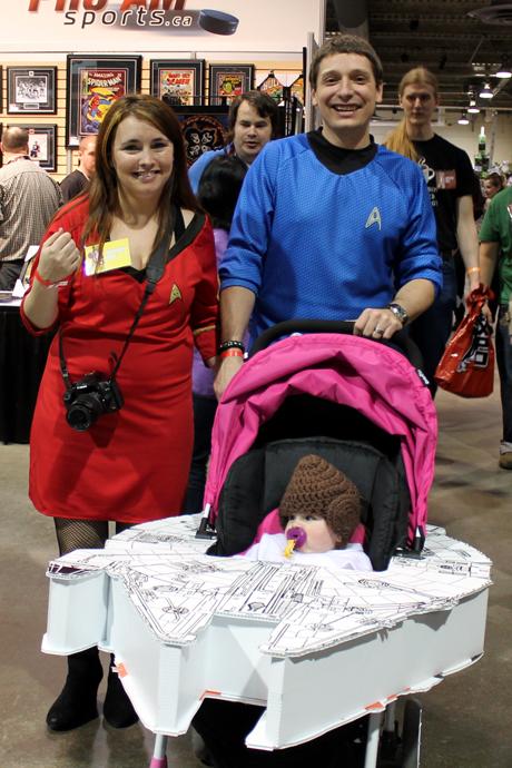 ככה מגדלים את גיקי העתיד :-) כמובן שהסתירה בין ההורים בסטאר טרק והילדה בסטאר וורס נסלחת בתנאים כאלו