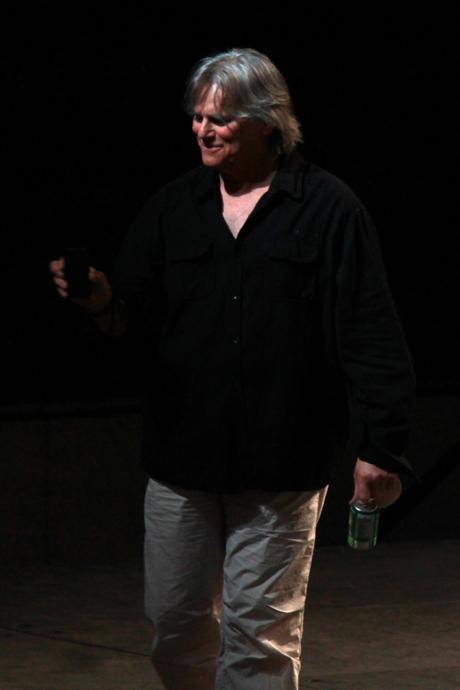 """ריצ'רד דין אנדרסון מבסוט מהקהל הגדול, מצלם בסמארטפון ומציין שהוא יעלה את זה לפייסבוק אח""""כ, כולו מרוצה מעצמו"""