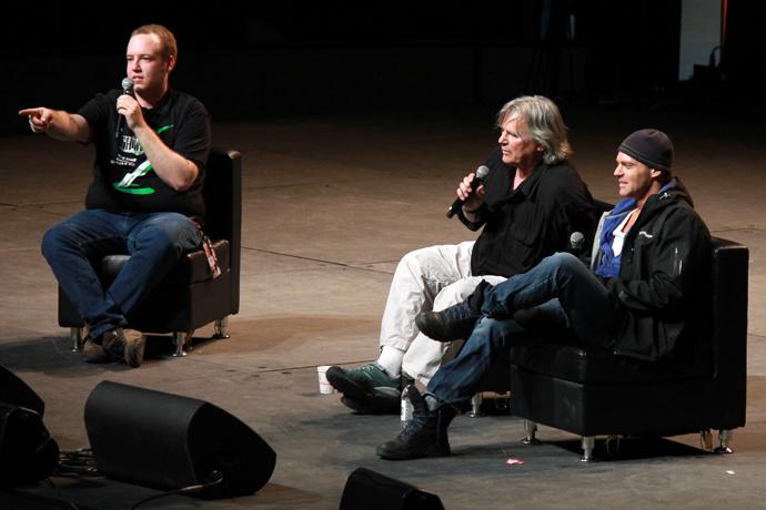 """המנחה מתעל שאלות מהקהל. רוב התשובות נדדו למיני דאחקות על ההפקה, ובסוף חזרו ל: """"מה היתה השאלה בעצם?"""""""