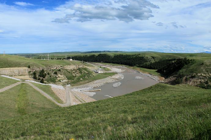 הסכר של אולדמן. משמאל, הגבעה עם הכביש, זה הסכר. שאר התמונה מראה את הערוץ והעמק.