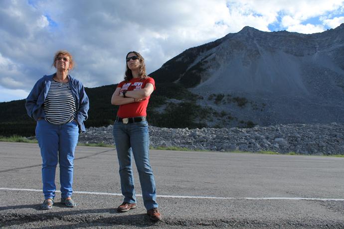 ליד הר הצב, המפולת של פרנק ברקע