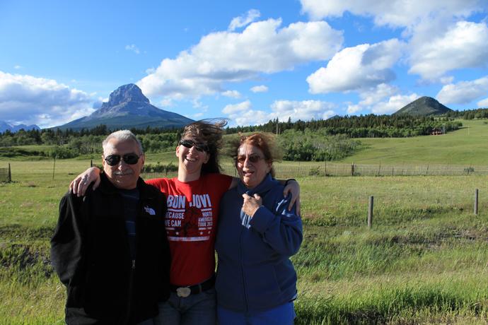 לצד הדרך בקרואוז נסט פאס, רוח קרה וחזקה מפגישה את ההורים עם מזג האוויר הקנדי בצורה ישירה למדי