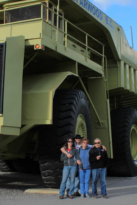 המשאית הגדולה בעולם בספארווד. כמובן שאבא רצה לטפס עליה למרות שאסור. וכמובן שגם כשאמרנו לו שאסור הוא רצה לטפס עליה. מאיפשהו קיבלתי את זה.