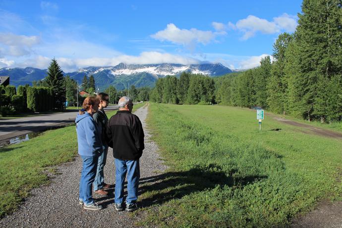 בוקר בפרני, מטיילים לגדת הנהר. ברקע ההרים המקיפים את היישוב ואתר הסקי הנפלא.