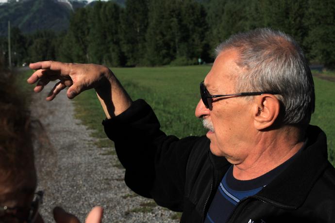 אבא מסביר על תנועת עננים וכיסי מזג אוויר. אני אוהבת איך שהוא מסביר דברים :-)