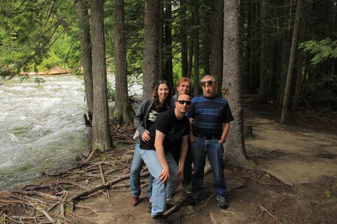 תמונה משפחתית באחת מהעצירות, פינת חמד לצד נהר גועש