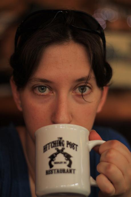 כוס סיידר חם בעמדת הרתימה (זה השם של המלון והקפה)