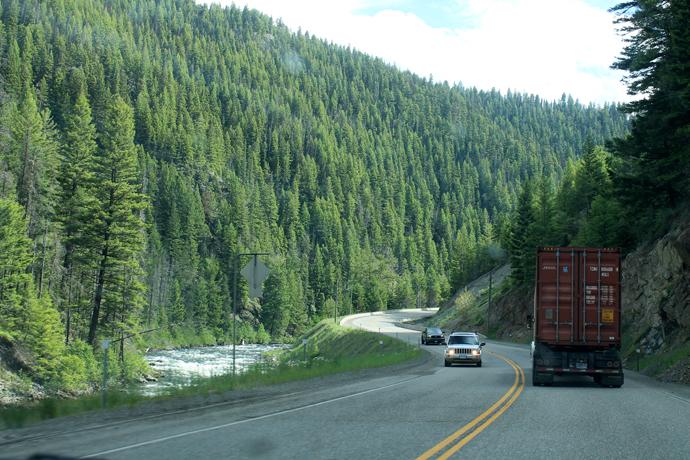 עוד פיסת נוף אופיינית לנסיעה... גם המשאית אופיינית, מה שדי מבאס בעליות