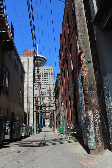 סמטה אחורית ומאחוריה הבניינים היפים והנקיים יותר