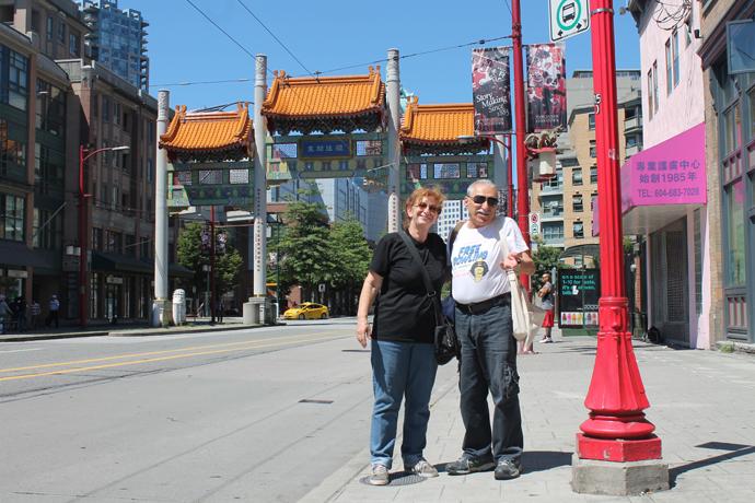 ההורים ליד שער הכניסה לצ'יינה טאון
