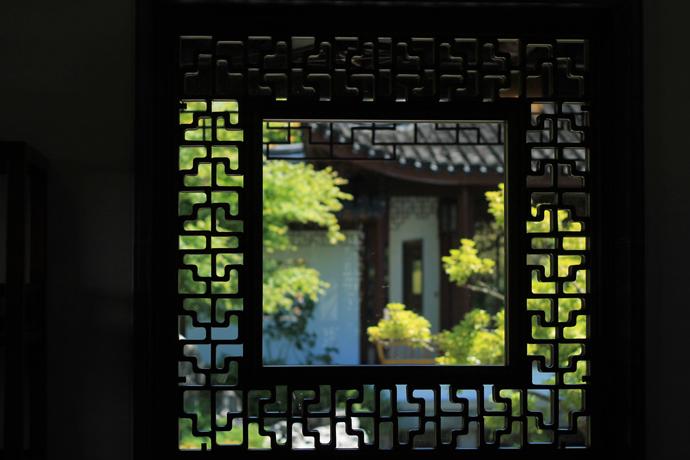 הגן הסיני בונקובר נבנה על ידי בעלי מקצוע סינים שעבדו אך ורק בשיטות מסורתיות, על מנת להבטיח תוצאה אותנטית. אין ברגים או מסמרים במסגרות העץ הללו.