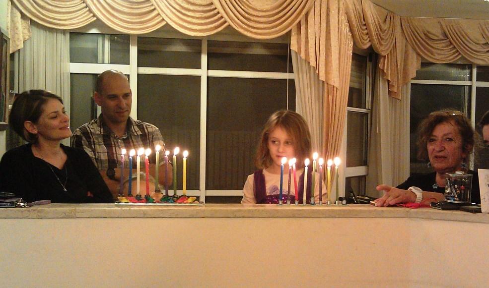 האחיינית המקסימה שלי, רוני, מדליקה נרות