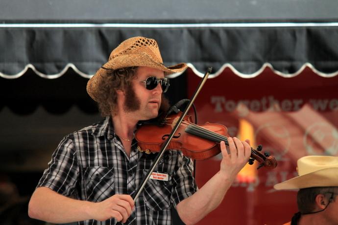 אי אפשר ריקודי מערב פרוע בלי כינור, אם כי פאות הלחיים הן בהחלט שדרוג מגניב :-D