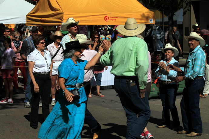 רקדנים במדרחוב השדרה השמינית, היא סטפן אבניו