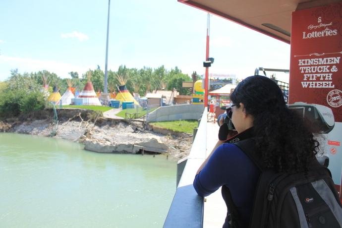 דניאלה מתעדת את הגדה ההרוסה של הנהר ליד הכפר האינדיאני