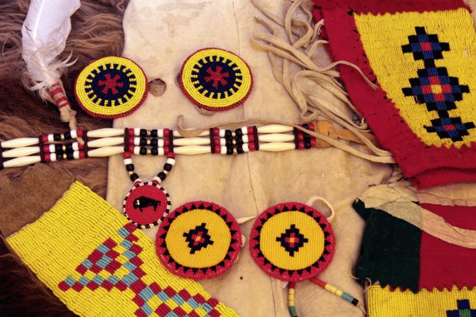עבודות רקמת חרוזים מוצגות לראווה באוהלי הכפר האינדיאני