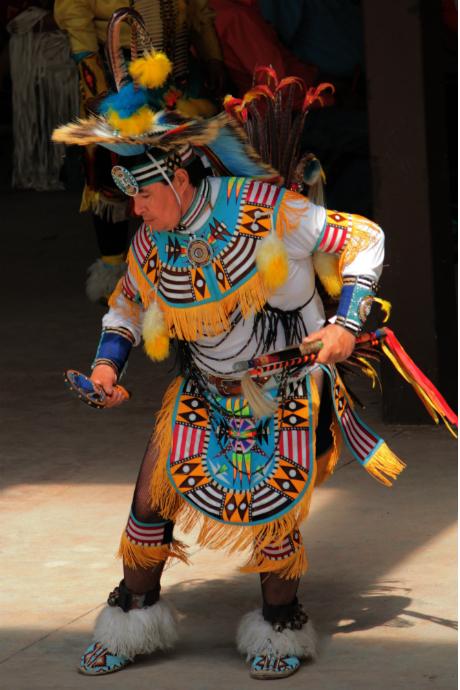 רקדן פאו וואו בתלבושת מסורתית (בערך... אני מעריכה שגרבוני הרשת הם תוספת מודרנית)