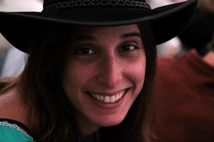 דרורי במתחם משיכת הסוסים, מתחברת לאווירה עם כובע אוסטרלי וחיוך רחב