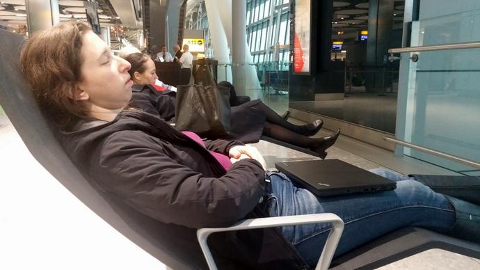 תופסים חרופ בקונקשן בלונדון. הטיסה לישראל התעכבה והתייבשנו שם עד שעה מאוחרת להפליא.