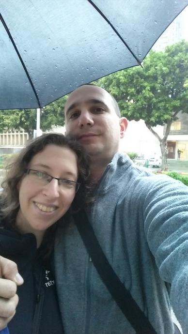 שנינו יחד תחת מטריה אחת - אחד הימים הראשונים בתל אביב. אני עדיין מעדיפה שלג יבש על גשם רטוב! אבל היה לנו חורף חמים מאד השנה.