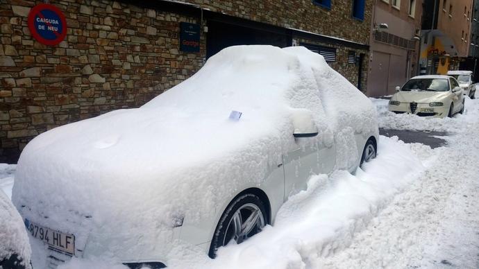 """מכונית מכוסה שלג בסמטה של המלון. מזדקר מהשלג דו""""ח עיריה - היתה הודעה להזיז את הרכבים בשביל פילוס שלג והם לא הזיזו. הבנו מאחד החבר'ה במלון שמדובר על קרוב למאה יורו קנס. אאוץ'!!!"""