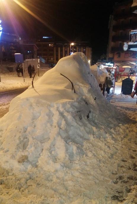 מכונית שנקברה בדאמפ השלג הגדול. אני לא מרחמת על מי שהיה צריך לחפור אותה. למקרה שאתם תוהים לגבי הצורה המוזרה, יש לה סקי בוקס על הגג.