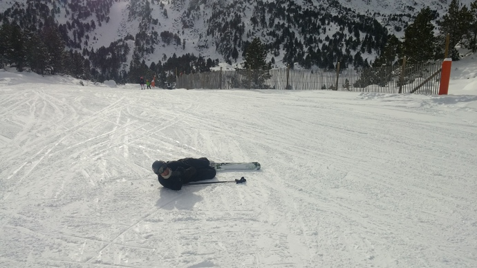 עופר רובץ בתחתית מדרון כי ביקשתי שינסה לתפוס תמונה יפה שלי עושה סקי והוא החליט שזו הזווית הכי הגיונית