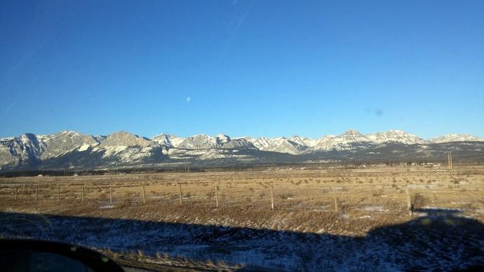 הנוף בדרך להרים ביום של הסקי הנורדי. אפשר להתרשם מכמה החורף היה חמים ויבש כשמסתכלים על ההרים והשדות שבדרך אליהם.