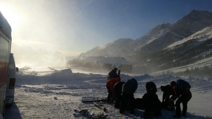 תמונת המחשה - מנסים לארגן את הציוד ולזוז אל בינות לעצים, כשהרוח מצליפה שלג וקרח בפנינו כאלף מחטים קטנות