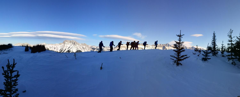 הקבוצה שלנו מטיילת על הרכס. לחיצה על התמונה תפתח גודל מלא.