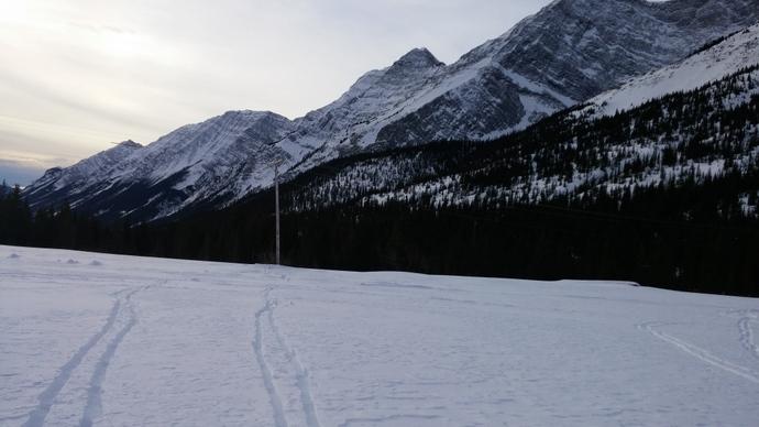 תחתית האתר מכוסה בשכבה דקה יחסית של שלג שנסחף בקלות