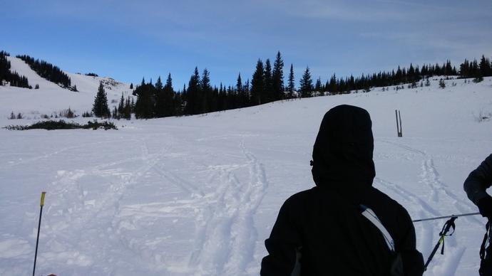 הסימנים שנחרצו בשלג אינם עמוקים, משום שהמגלשים מחלקים את משקל הגולש. אם הייתם מורידים רגל נעולה נעל הצידה, הייתם שוקעים בערך מטר.